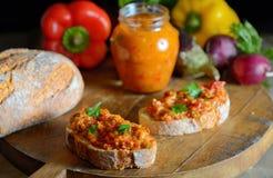 Salada vegetal caseiro e pão foto de stock royalty free