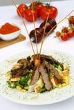Salada vegetal com carne da carne fotos de stock royalty free