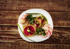 Salada vegetal com rabanete, pepino, as cebolas verdes e os verdes Foto de Stock