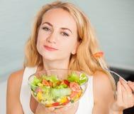 Salada vegetal comer fêmea novo foto de stock royalty free
