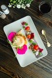 A salada vegetal da culinária moderna molecular com chiken Imagem de Stock Royalty Free