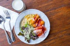 Salada vegetal da manhã com o hotdog no prato e no leite Imagem de Stock Royalty Free