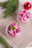 A salada vegetal do Natal no copo de vinho e no abeto ramifica Fotos de Stock Royalty Free