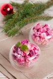 A salada vegetal do Natal no copo de vinho e no abeto ramifica Imagens de Stock Royalty Free