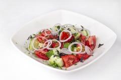 Salada vegetal dos tomates, dos pepinos, das cebolas e dos verdes Imagem de Stock