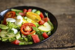 Salada vegetal em um alimento saud?vel do conceito da perda de peso da placa preta imagens de stock royalty free