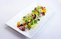 Salada vegetal em uma placa quadrada Imagem de Stock