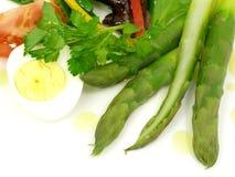 Salada vegetal, espargos e ovo fervido Imagens de Stock