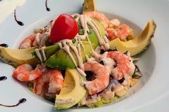Salada vegetal misturada com camarão e o abacate cozinhados Fotos de Stock