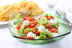 Salada vegetal misturada com queijo do atum e de casa de campo fotos de stock