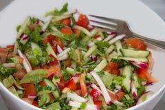 Salada vegetal na bacia branca foto de stock