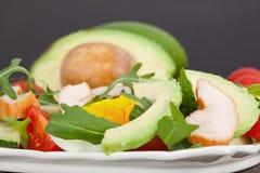 Salada vegetal rápida e saudável com abacate, ovos, tomates e rucola fotografia de stock royalty free