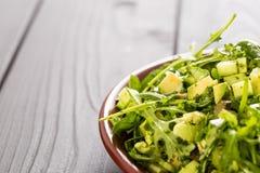 Salada verde bonita de Paleo com pepino e abacate em Grey Wooden Background escuro, horizontal, close-up, espaço livre para o tex Fotografia de Stock