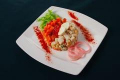 Salada verde, caviar vermelho e salmões imagens de stock royalty free