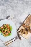 Salada verde com camarão grelhado e placa de corte de madeira com pão imagens de stock royalty free
