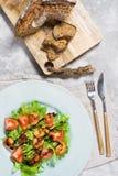 Salada verde com camar?o grelhado e placa de corte de madeira com p?o imagens de stock royalty free