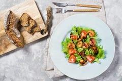 Salada verde com camar?o grelhado e placa de corte de madeira com p?o fotografia de stock royalty free