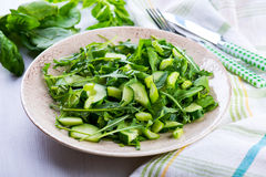 Salada verde com cebolas, ruccola, aipo, espinafre Imagens de Stock