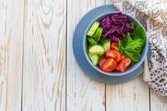Salada verde com tomate, couve vermelha, pepino e espinafres Fotos de Stock