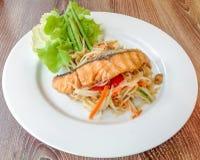Salada verde da papaia com Salmon Grill Fotografia de Stock Royalty Free