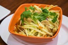A salada verde deliciosa da manga para o peixe-gato friável tailandês Imagem de Stock