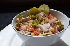 Salada verde do feijão de mung com tofu, cebola, tomate e cal Imagens de Stock Royalty Free