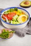 Salada verde dos macarronetes do abobrinha com tomates, abacate e manjericão H fotografia de stock royalty free