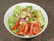 Salada verde em uma bacia foto de stock royalty free