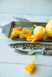 Salada verde fresca com as flores comestíveis no prato de serviço branco Imagem de Stock