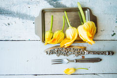 Salada verde fresca com as flores comestíveis no prato de serviço branco Foto de Stock Royalty Free