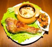 Salada verde fresca com guarnição do pé e do queijo de turquia e o ragou1 vegetal imagens de stock royalty free