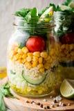 Saladas caseiros saudáveis com bulgur, vegetais e cal em uns frascos de pedreiro no fundo de pedra cinzento Imagem de Stock Royalty Free