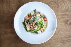 Saladas de frango na placa branca no fundo de madeira foto de stock