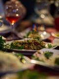 Saladas e placas com aperitivos em uma tabela festiva Imagens de Stock Royalty Free
