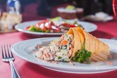 Salade à une sauce à cône de gaufre et à une viande verte Image stock