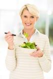 Salade âgée moyenne de femme Photos libres de droits