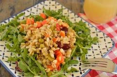 Salade écrite à l'intérieur d'un poivron rouge Photographie stock libre de droits