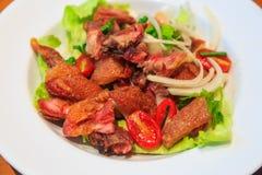 Salade épicée avec Pata croustillant (jambe cuite à la friteuse de porc) Photographie stock libre de droits