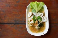 Salade épicée de mélange avec les fruits de mer et le légume frais Images stock