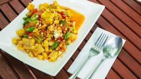 Salade épicée de papaye avec du maïs, oeufs salés Photo libre de droits