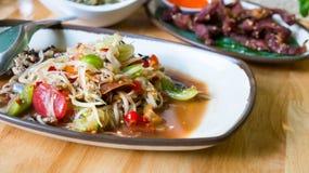 Salade épicée de papaye avec le crabe salé et les poissons fermentés, FO thaïlandaises photo libre de droits