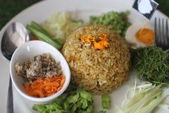 Salade épicée du sud thaïlandaise de riz avec des légumes image stock