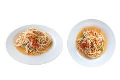 Salade épicée et aigre faite avec de la salade de papaye, d'isolement sur le fond blanc avec le chemin de coupure photos libres de droits