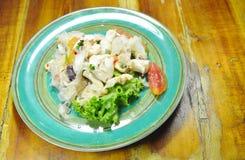 Salade épicée thaïlandaise de calmar et légume frais Photos stock