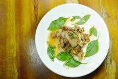 Salade épicée thaïlandaise de porc de barbecue de tranche de plat Photos libres de droits