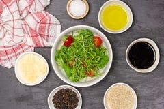 Salade étape-par-étape d'arugula de recette sur la pierre grise photo libre de droits