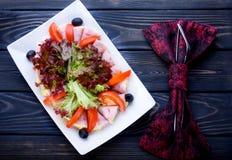 Salade appétissante de légume frais avec de la sauce épicée dans un pla blanc images libres de droits