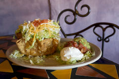 Salade appétissante de Taco avec les immersions fraîches Photos stock