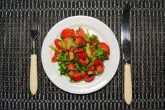 Salade appétissante lumineuse des tomates et des herbes photos stock