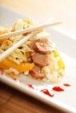 Salade asiatique avec des baguettes Images libres de droits